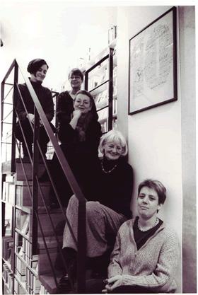Die Autorenbuchhandlung auf der Treppe sitzende